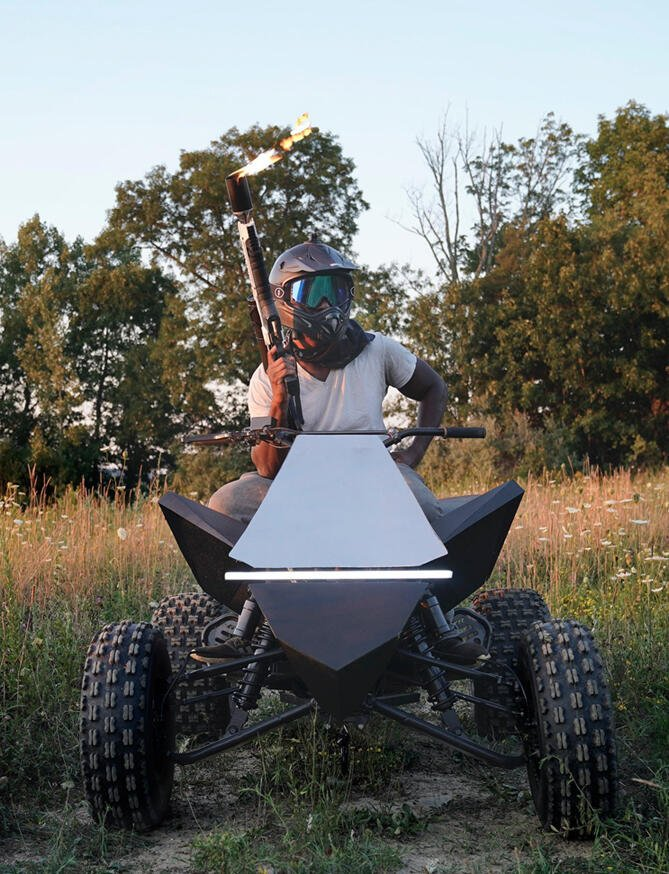 zelf gemaakte Elektrische quad Tesla Cyberquad voorkant