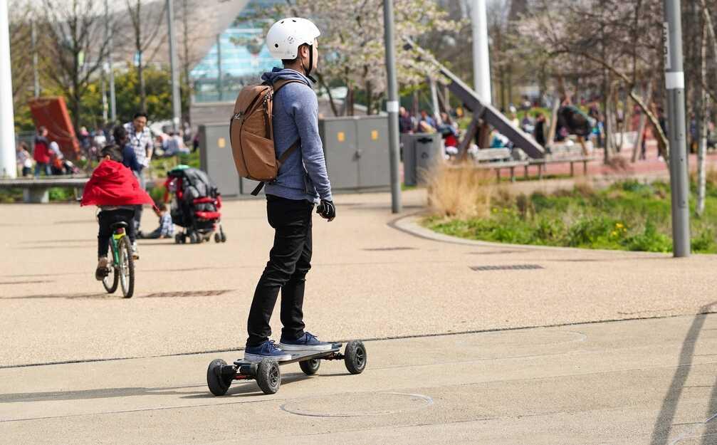 Elektrisch skateboard op openbare weg