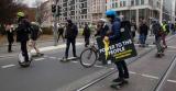 Eigenaren kleine elektrische voertuigen demonstreren in Den Haag op 22 Augustus